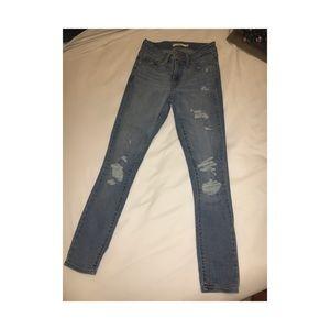 Levis women jean. 711 skinny ripped